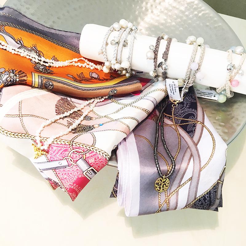 Verschiedene Accessoires und Taschen passend zum Dirndl